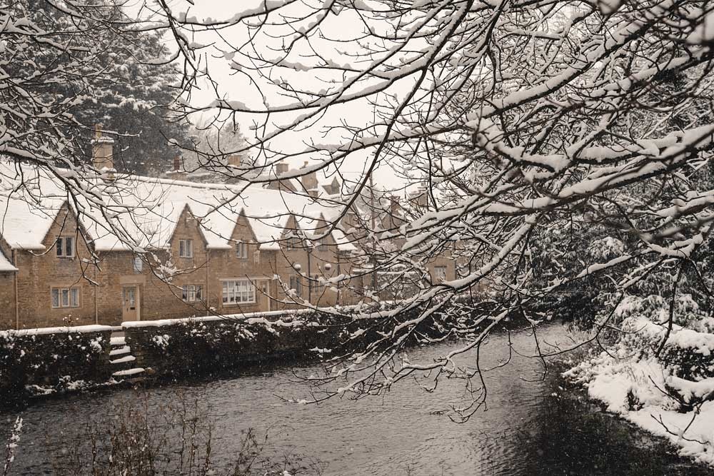 english-countryside-winter-cotswolds-bibury-in-snow-snowmaggedon-england-katya-jackson